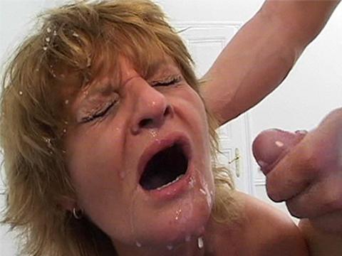 hete oma krijgt een facial cumshot