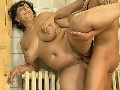 gym Cougar anaal met de jongere boswachter
