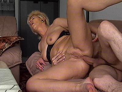 rijpe amateur hoer laat zich lekker anaal neuken