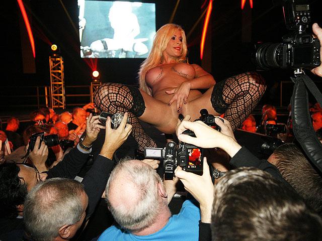 Asiatique fait un striptease sur scène en public