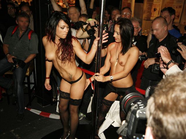 Séance de masturbation et de bondage en public